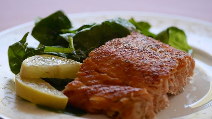 Salmon-over-spinach-garnished-with-lemon